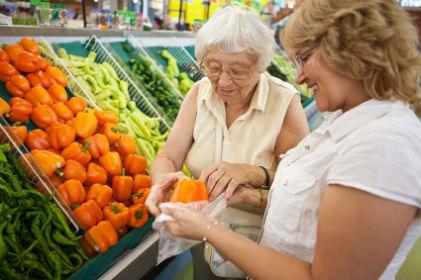 Resultado de imagem para idoso fazendo compras